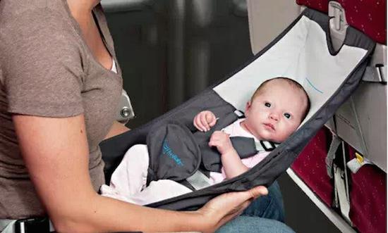 登机前,最好给宝宝换个尿裤,宝宝穿的舒服了,自然不会很闹。如果有空座椅的话,可以在空座椅上铺个毛毯换,(毛毯问乘务员MM要就可以了)。如果没有空座位,可以去洗手间换。一般航班的主力机型都有几个洗手间,其中一个通常是有婴儿板的。婴儿板可以放下为宝宝换尿裤。这个洗手间的门上会有标识,如果你不确定,请问你身边的乘务员。当然,妈妈们一定要带够纸尿裤和湿巾。