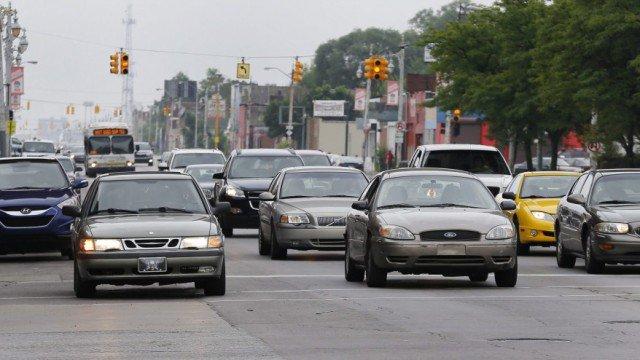 根据安省金融服务委员会(Financial Services Commission of Ontario)的最新数据,今年一季度,本省的汽车保险费平均下降了3%,这意味着这一费用两年多来平均下降了10%,达到了自由党省府预期目标的三分之二。 据悉,2013年8月,自由党政府承诺两年后(也就是到2015年8月时)汽车保险费下降15%,但是在去年八月时,这个目标尚未完成一半。当时省长韦恩则说,她一直知道这是个弹性目标。