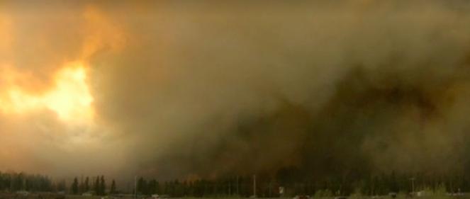 大火于周日(1日)发生,周二下午随着时速50公里的强风迅速扩散,蔓延至位于首府艾德蒙顿以北430公里的麦克默里堡,城区东南部最少两个住宅区烧毁,一条高速公路受威胁。火场面积达2650公顷(约三分之一个香港岛)。当地传媒报道,有加油站因大火和高温爆炸,冒出浓浓黑烟。当局一度因大火封锁市区南面对外主要道路,居民只能往北撤走,汽车大排长龙,当局安排的部分避难中心爆满,有当地油公司开放营地协助接收无家可归者。  视频截图