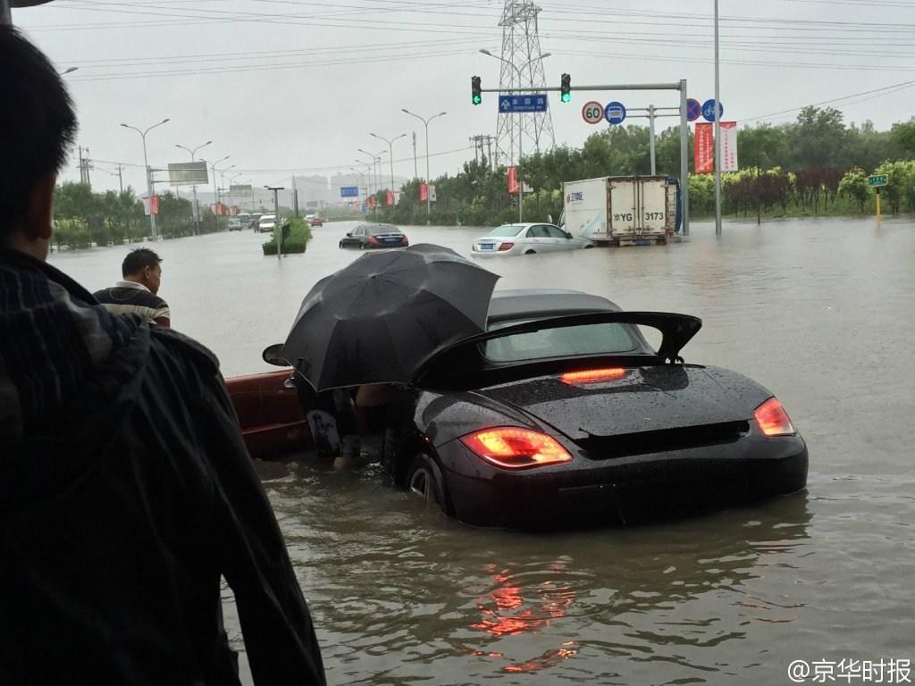 在暴雨袭击下的北京城