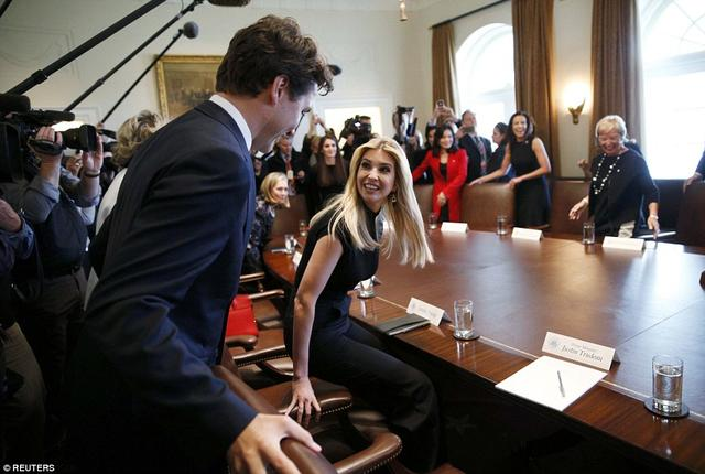 """图为加拿大总理特鲁多为第一女儿""""服务"""".-伊万卡出席会议 深情凝"""