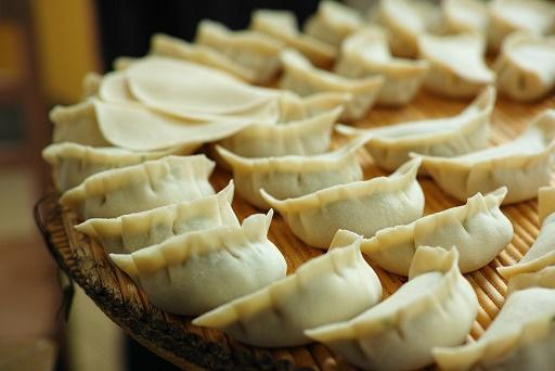 饺子馅的种类有很多,每个家庭都会有自己不同的制作方法。在这里,我们为大家来推荐四种不同馅饺子的做法,一起来看看有没有你喜欢的饺子馅吧。   4种不同馅饺子的做法   全麦香芹虾肉饺:控制血糖   配料:全麦面粉、现磨的黑豆浆、香芹碎、适量虾肉、鲜玉米粒、紫菜。   点评:黑豆浆和面不仅可增加口感,而且跟全麦面粉的氨基酸互补,增加蛋白质总量,提高生物价值;而豆类、香芹和整玉米粒、紫菜等B族维生素、矿物质和膳食纤维丰富的食物都有助于控制血糖,适合糖尿病病人食用。   鲜香菇鸡肉黄金饺:降低血脂   配料:
